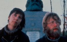 high-hopes-1988-001-ruth-sheen-phil-davis-in-front-of-marx-statue