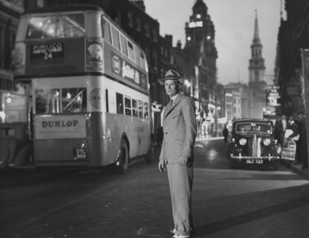 night-and-the-city-1950-001-richard-widmark-london-bus-00m-wbo